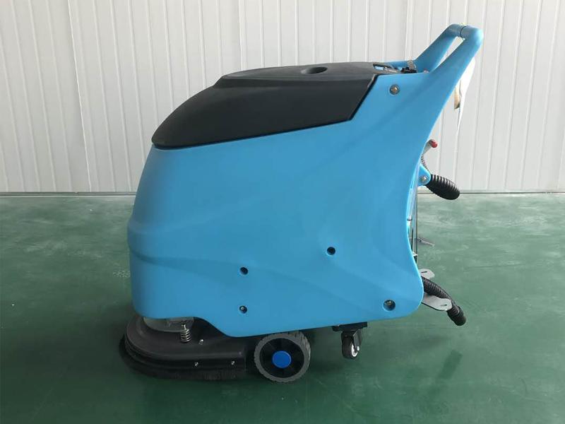 在使用电动洗地机清洗水泥地面时...