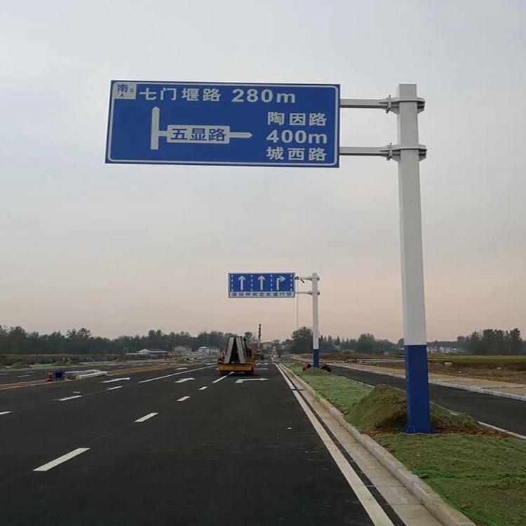 安装交通指示标志杆