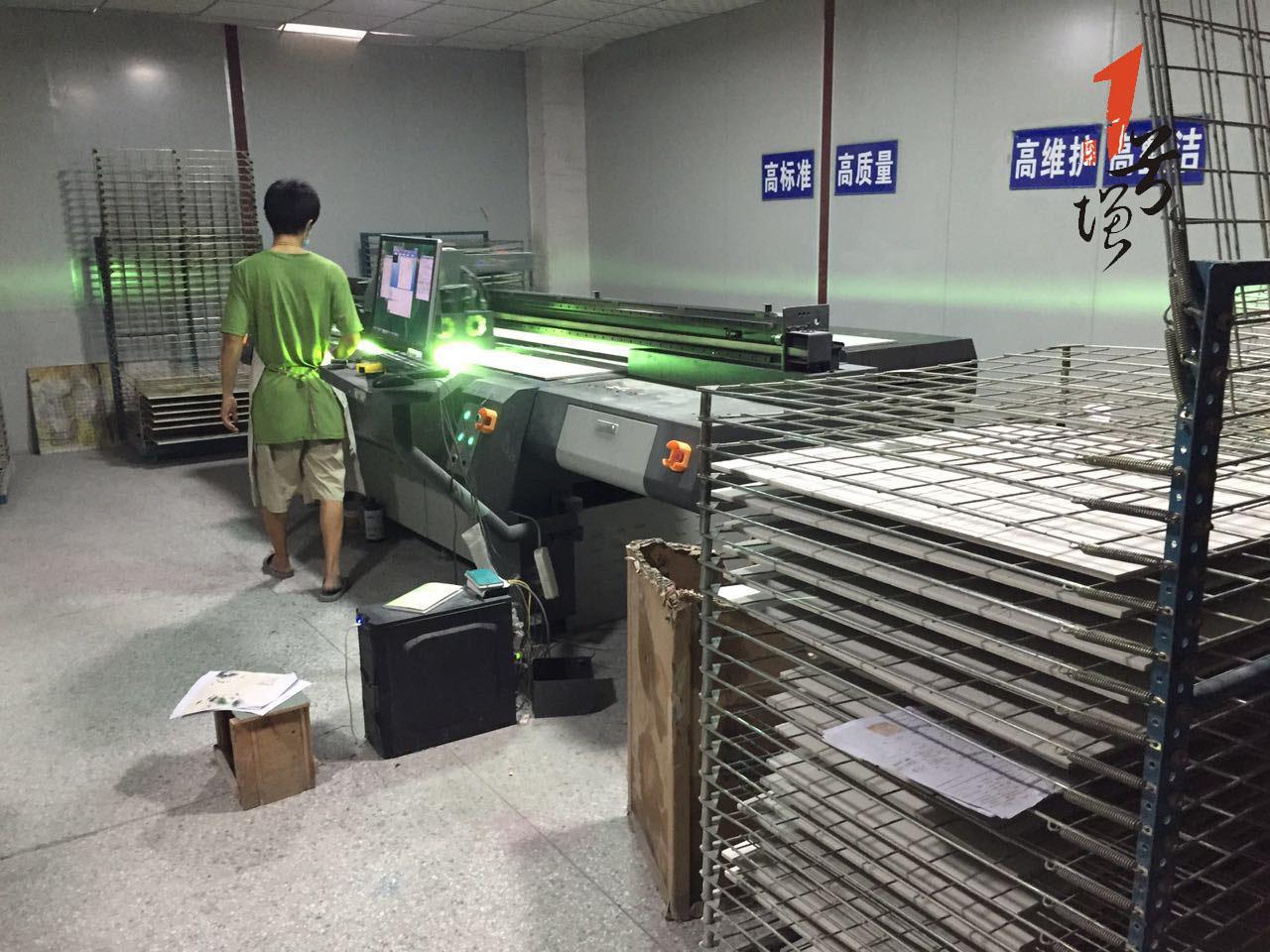 工厂彩喷设备工作中背景墙厂家背景墙品牌背景墙生产厂家