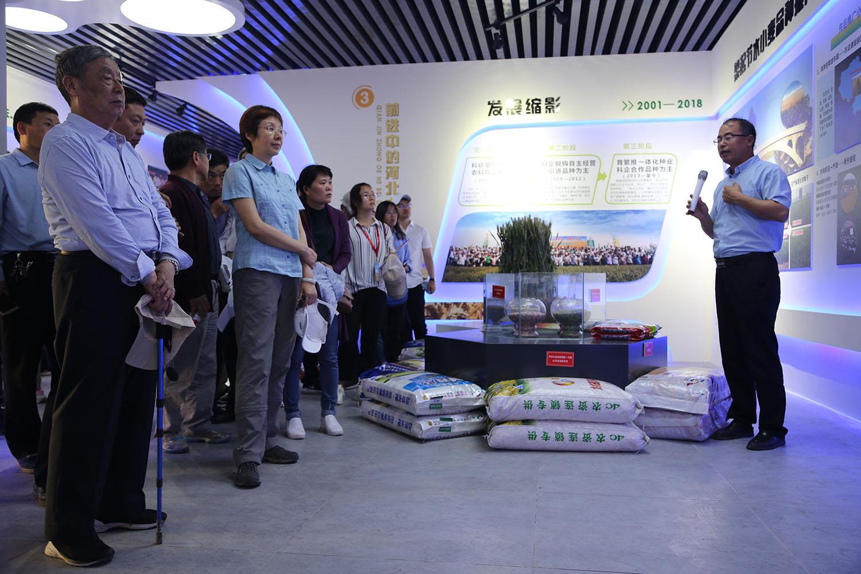 2018年5月,农业农村部吴晓玲副局长、赵振东院士考察马兰农场