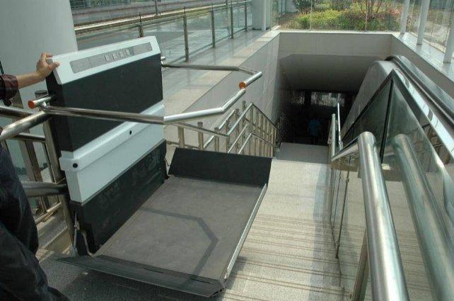 安装轨道式爬楼机