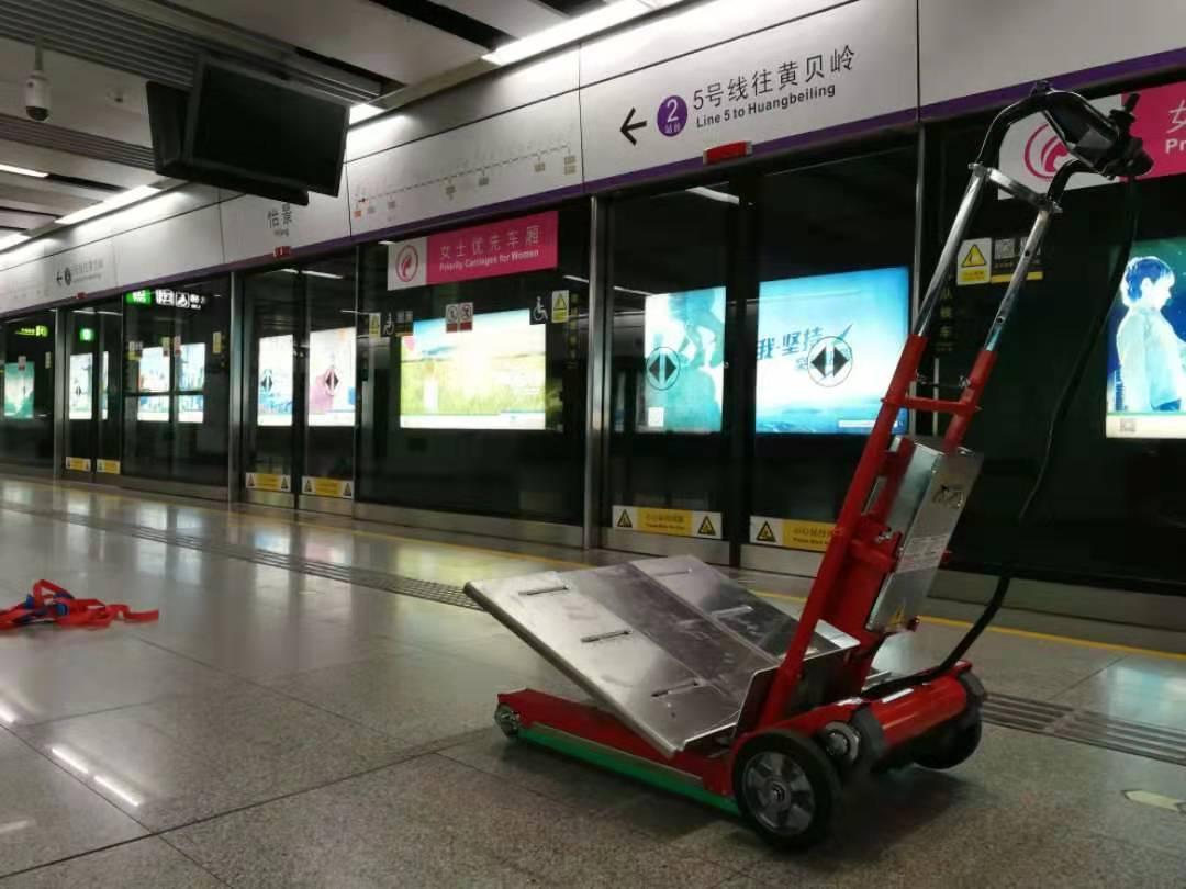 地铁里的履带式爬楼机如何使用?