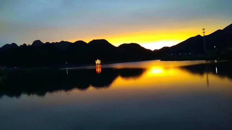斜阳湖光倒影