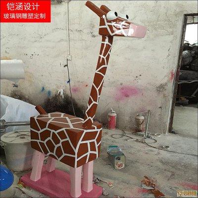 方形卡通长颈鹿雕塑