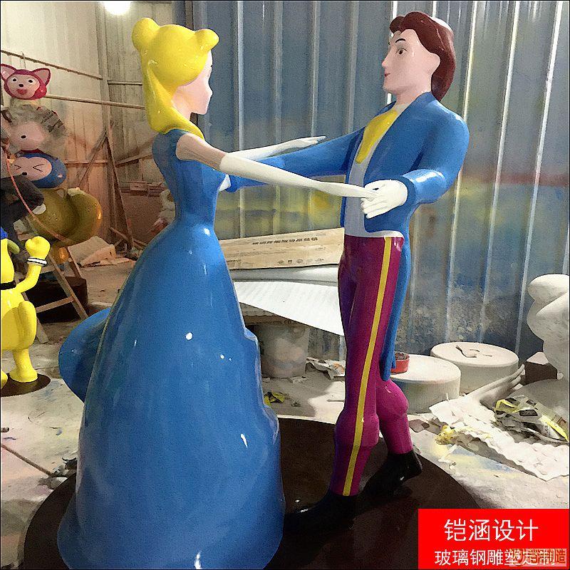 公主与王子共舞雕塑