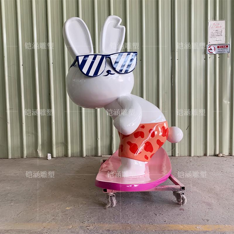 玻璃钢冲浪兔子雕塑定制