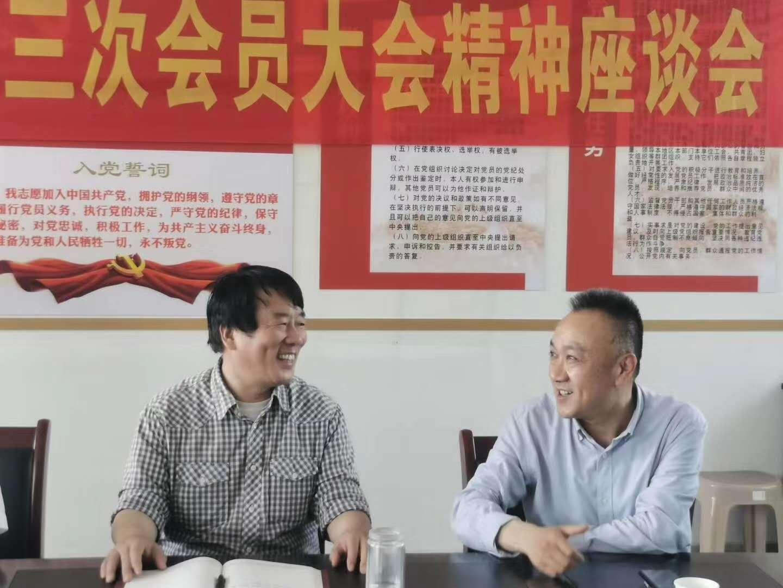 左一 鋼城區人大主任王紀青與李總座談