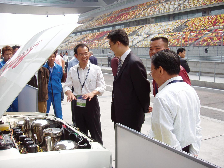 7-8在上海国际赛车场,上海市科委李逸平主任听取HABO NO.1的项目进展情况。