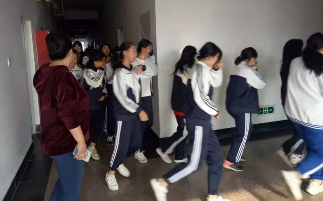 学校组织消防安全逃生演练活动