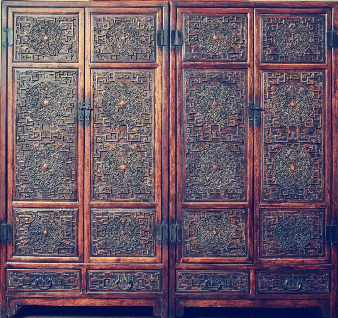 【红石典藏鉴赏⑤】亲王府传承:九龙戏珠立柜已成稀世之宝