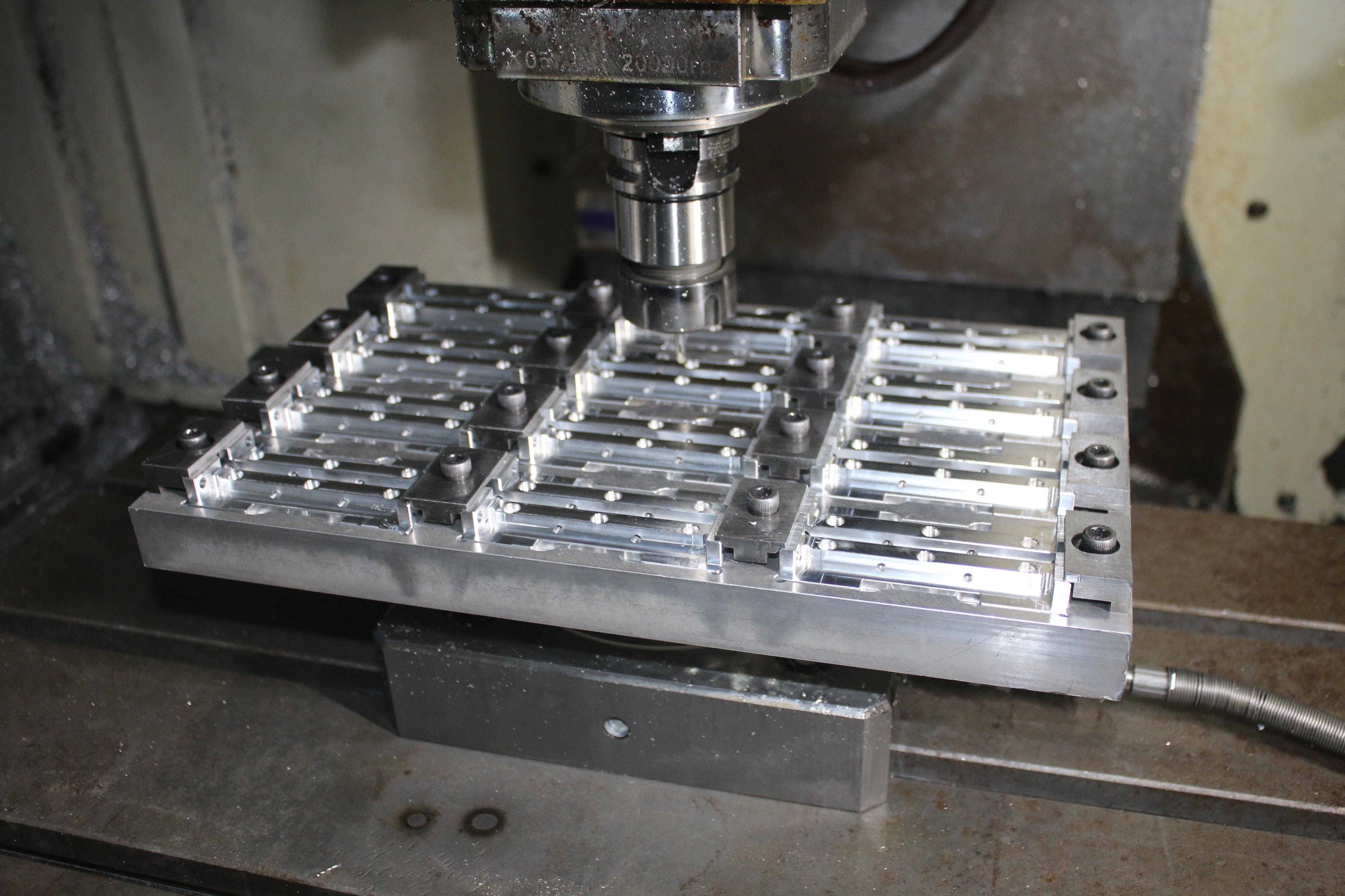 托盘生产小零件