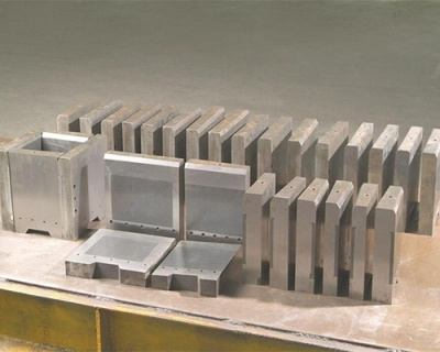 Refractory alloy mold