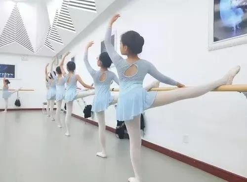 """艺术小讲堂   """"三直""""立显美感!学跳舞的你掌握了吗?"""