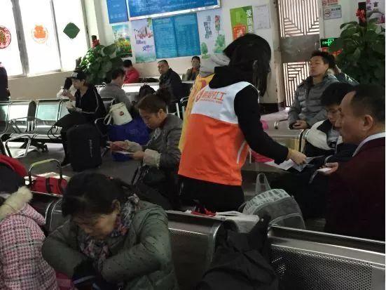 【龙岗精防】迎新春,送健康,精防走进客运站